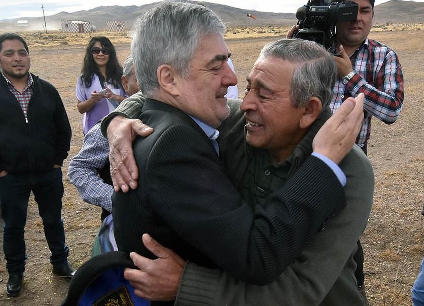 Masivo y afectuoso recibimiento de los pobladores al gobernador.