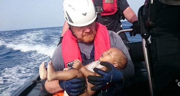 Nueva foto de bebé muerto reaviva la crisis por los refugiados