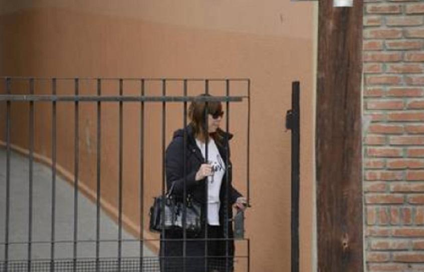 Luciana Báez ingresando a su casa en medio de los allanamientos.